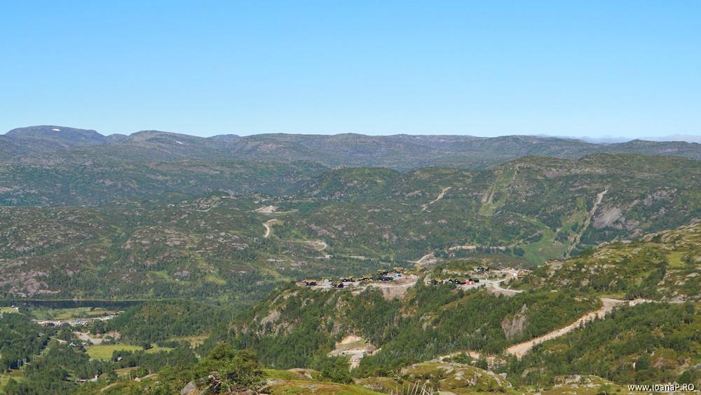 Muntii Scandinaviei Norvegia cu cortul 06 sat norvegian