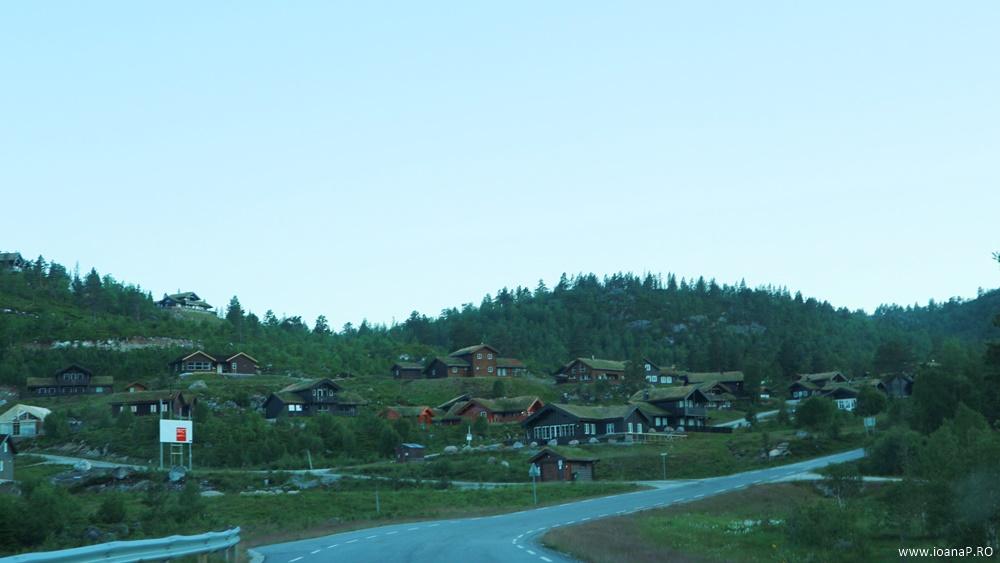 Muntii Scandinaviei Norvegia cu cortul 07 sat norvegian